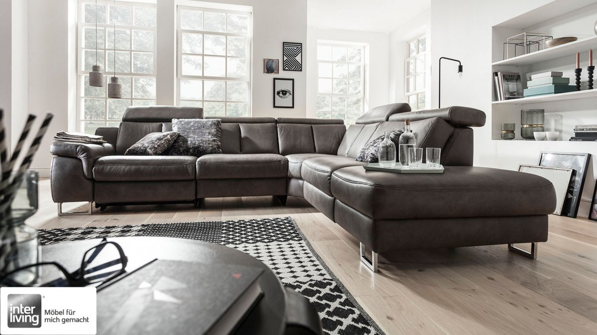 Interliving 4050 Sofa Serie mit vielen Funktionen erhältlich wie Kopfstützenverstellung und Armlehnenverstellung, die TV- Funktion ist hier ebenfalls motorisch möglich und Relaxfunktion in der Ecke.